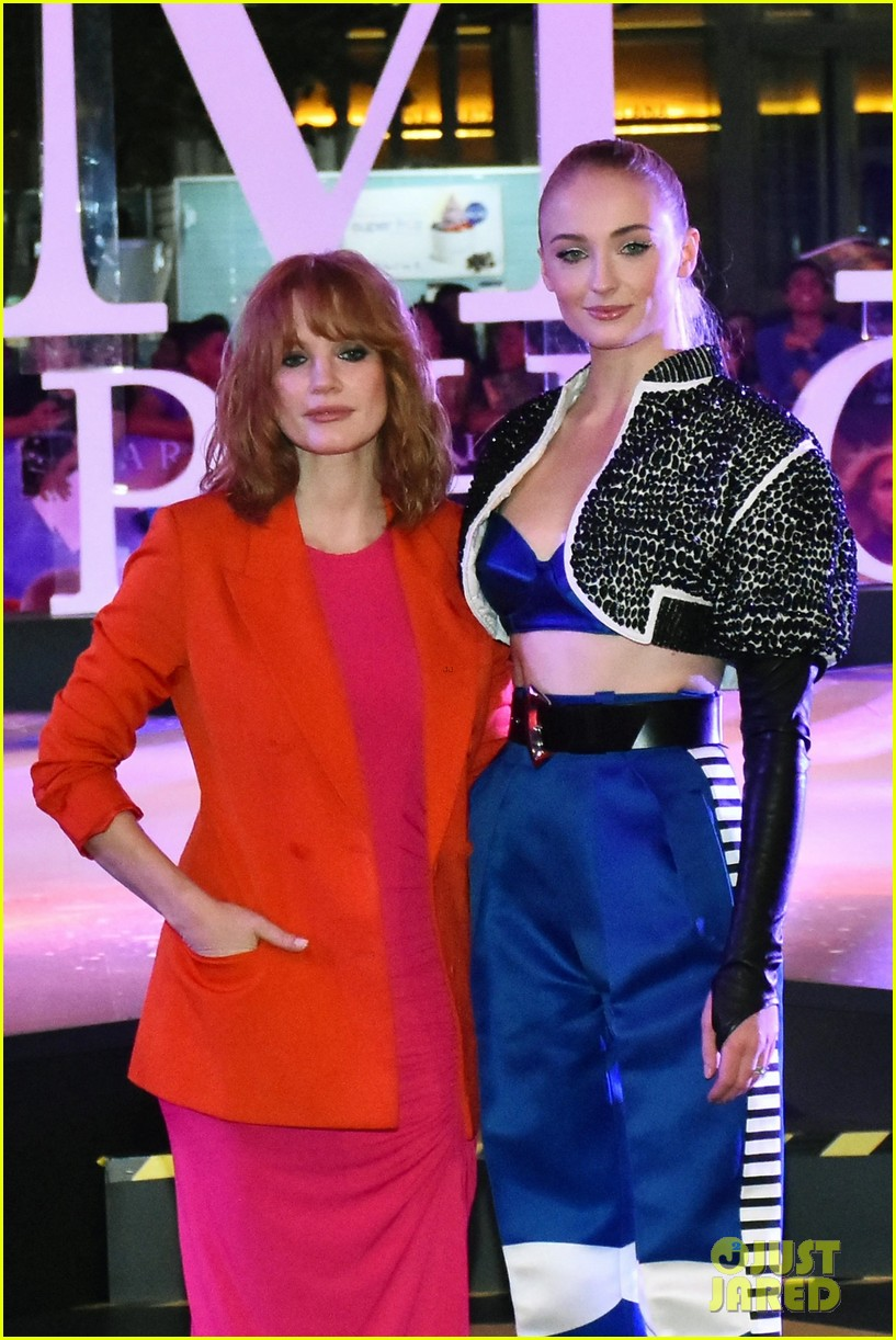 jessica chastain sophie turner team up for dark phoenix fan event in mexico 05