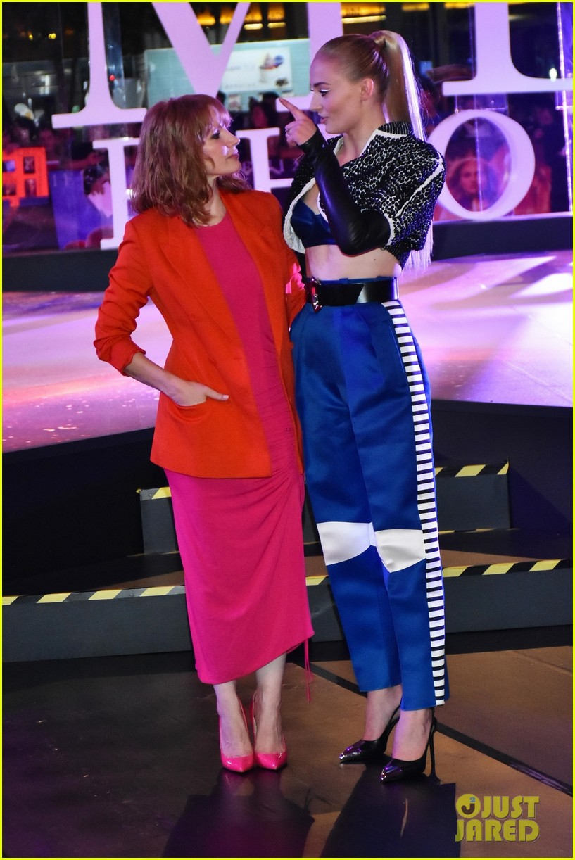 jessica chastain sophie turner team up for dark phoenix fan event in mexico 06