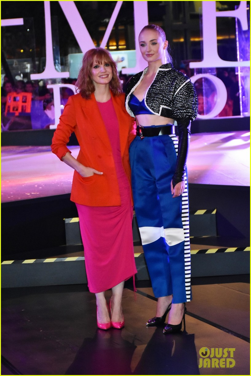 jessica chastain sophie turner team up for dark phoenix fan event in mexico 07
