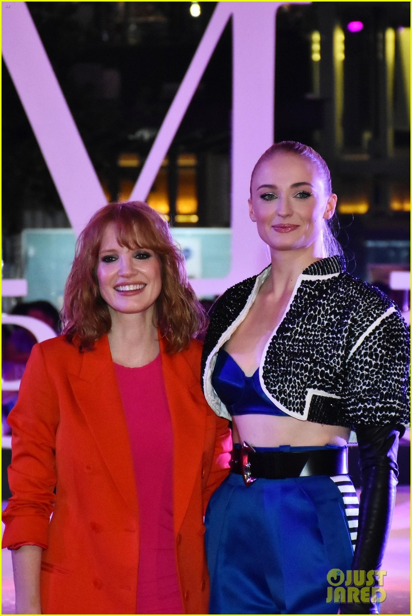 jessica chastain sophie turner team up for dark phoenix fan event in mexico 08