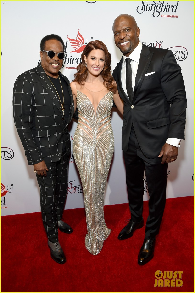terry crews mario lopez help hilary roberts celebrate the red songbird found 01