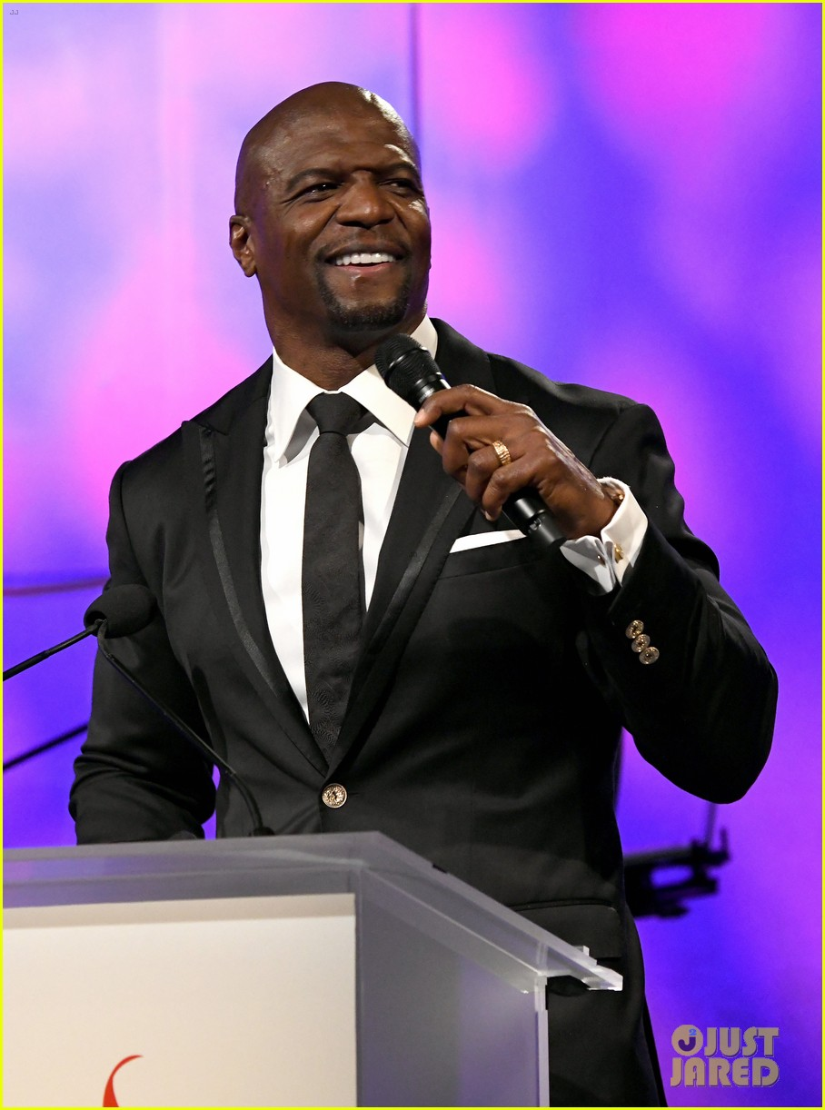 terry crews mario lopez help hilary roberts celebrate the red songbird found 06
