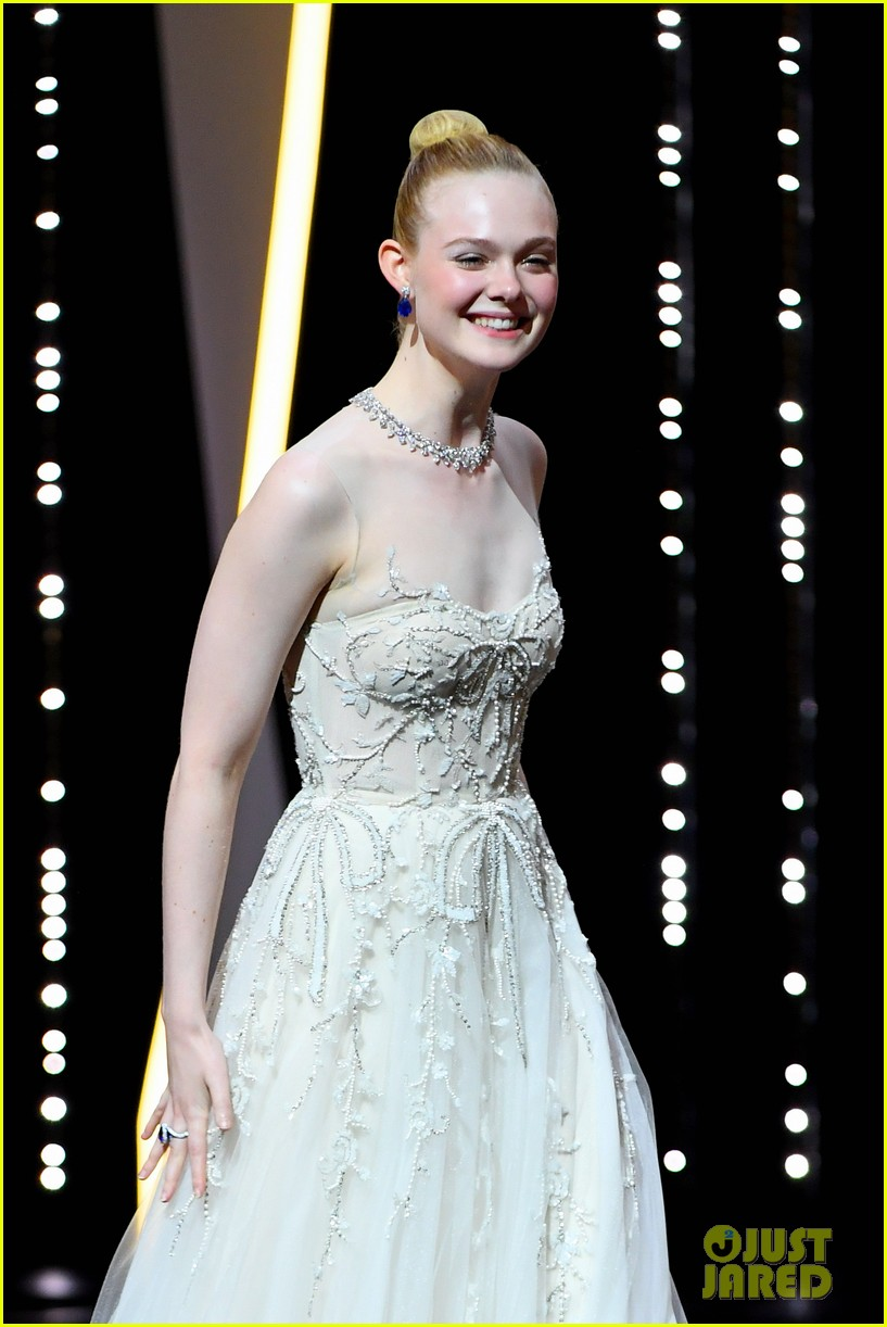elle fanning cannes film festival closing ceremony 01