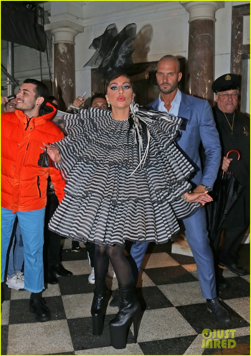 lady gaga wows for anna wintour pre met gala dinner 08