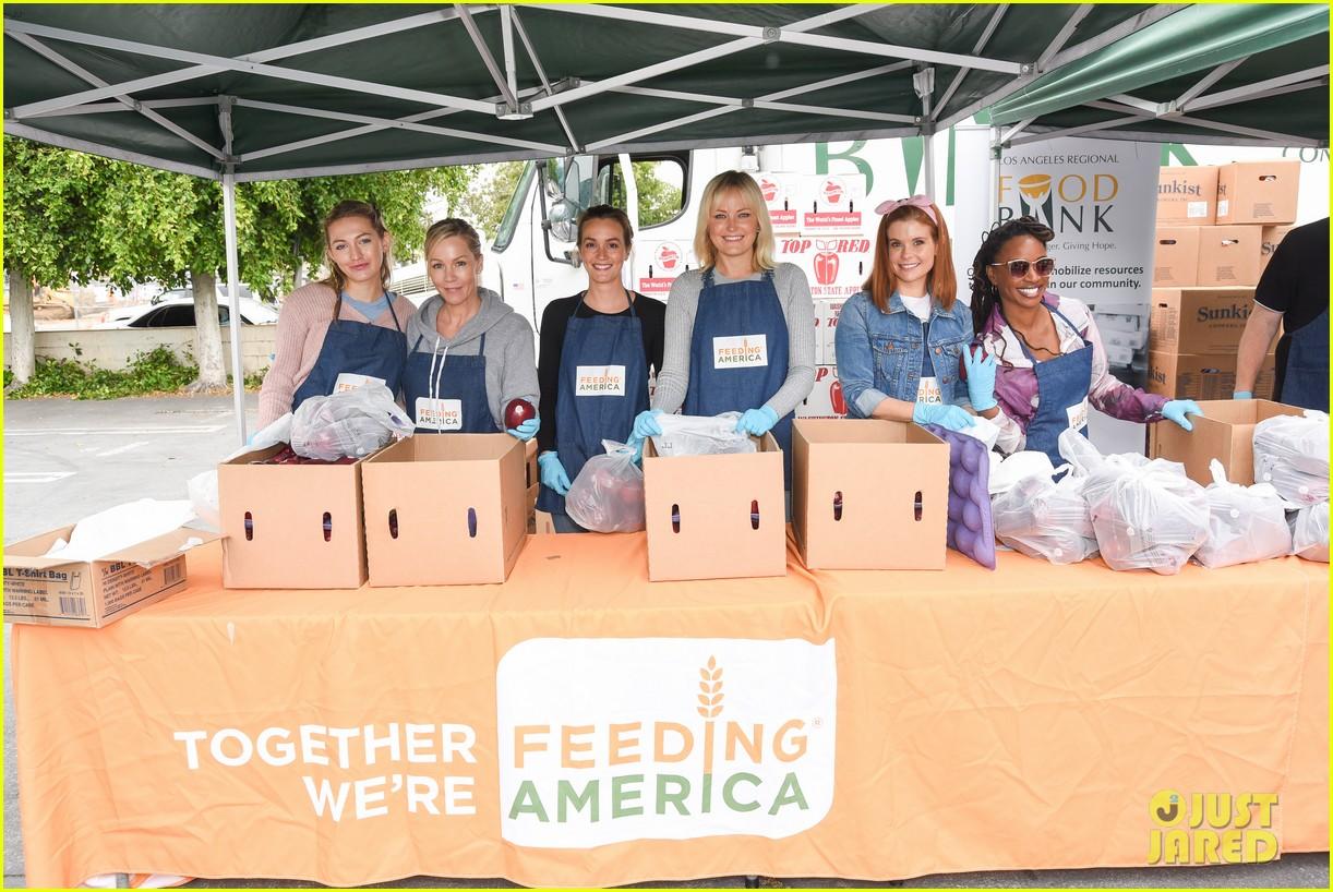 joanna garcia leighton meester malin akerman volunteer wit feeding america 01