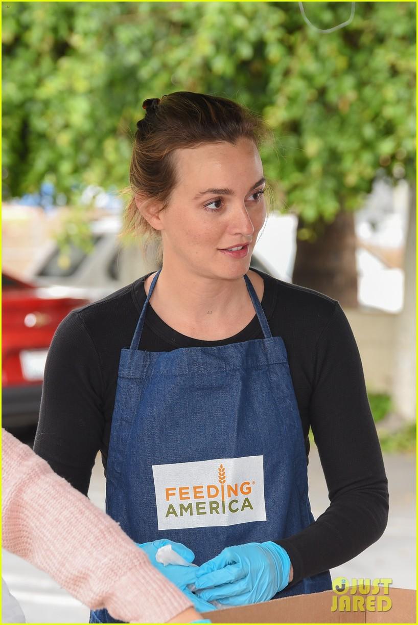 joanna garcia leighton meester malin akerman volunteer wit feeding america 03