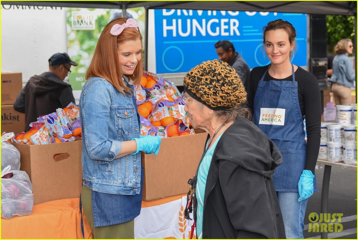joanna garcia leighton meester malin akerman volunteer wit feeding america 07