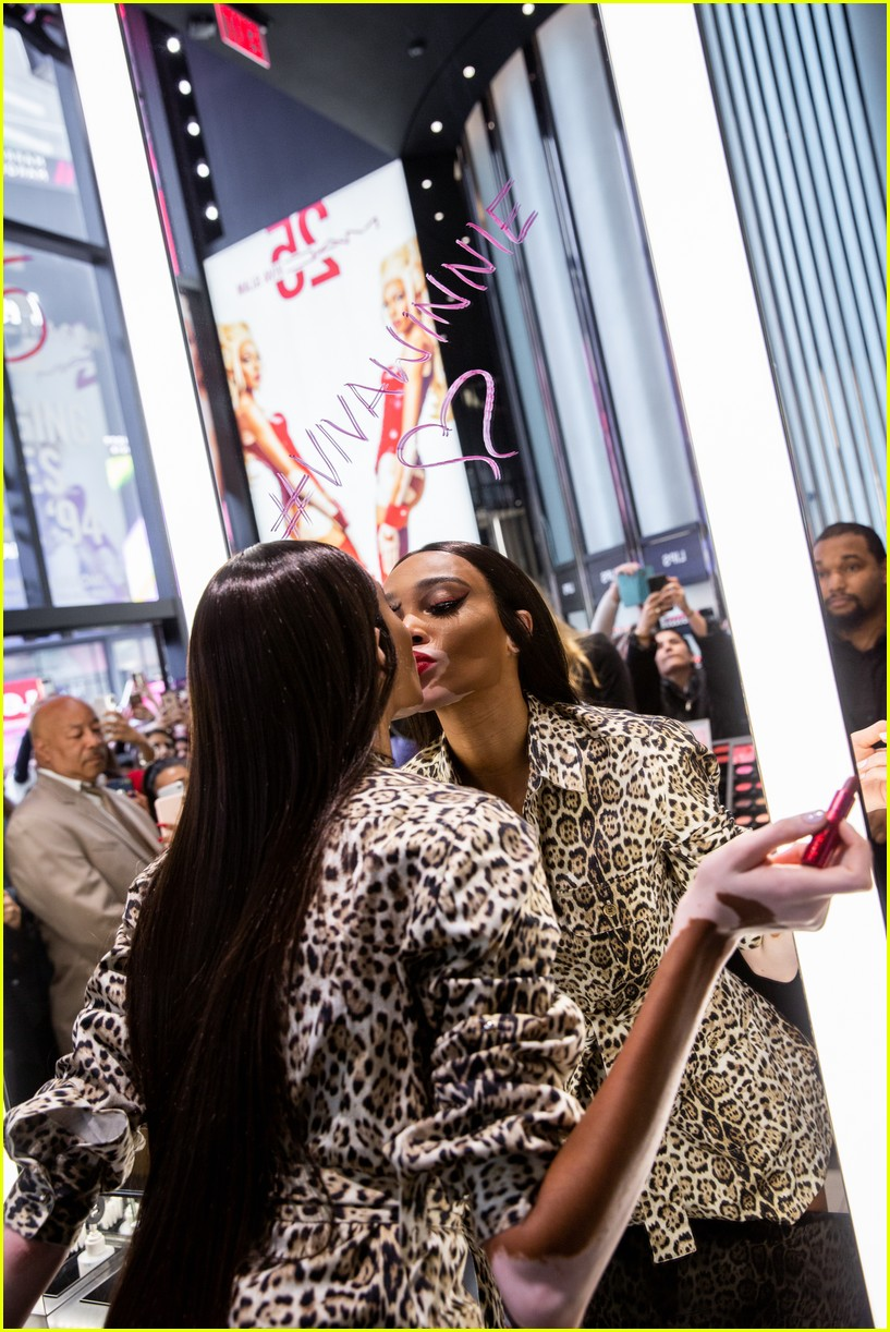 winnie harlow surprises employees at mac store 02