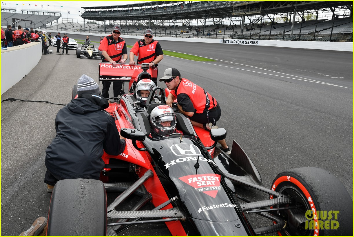 justin hartley serves as honorary starter at indycar grand prix 17