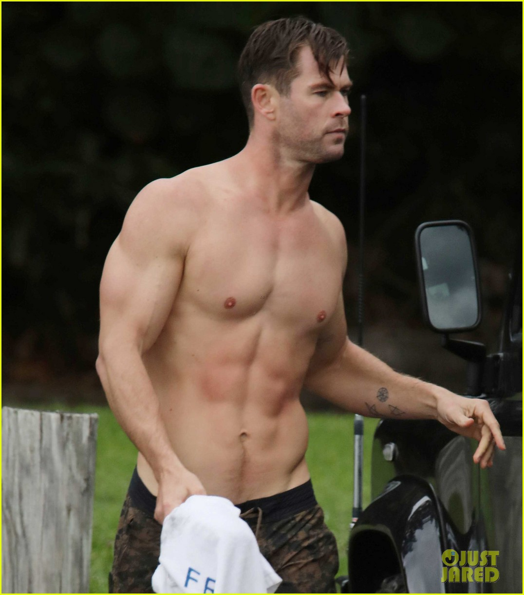 chris hemsworth shirtless after surfing 03