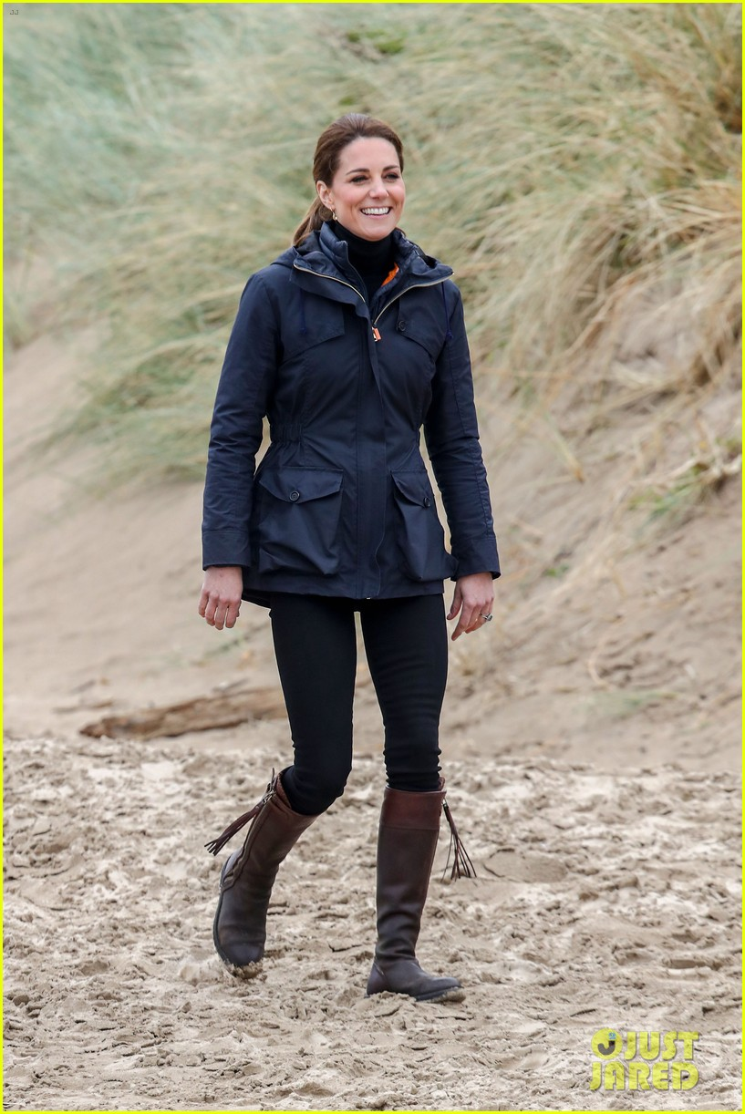 kate middleton prince william beach wales 04