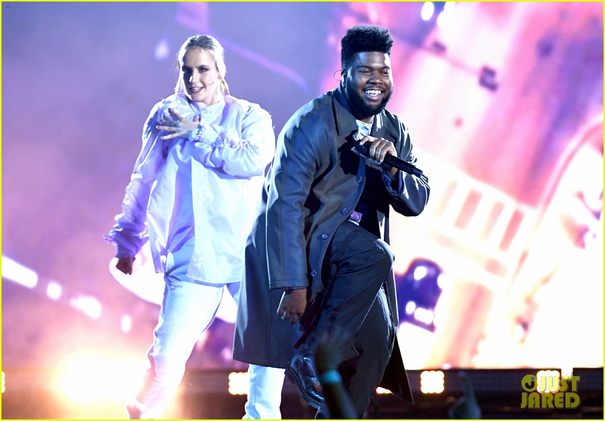 khalid performs talk better at billboard music awards 03