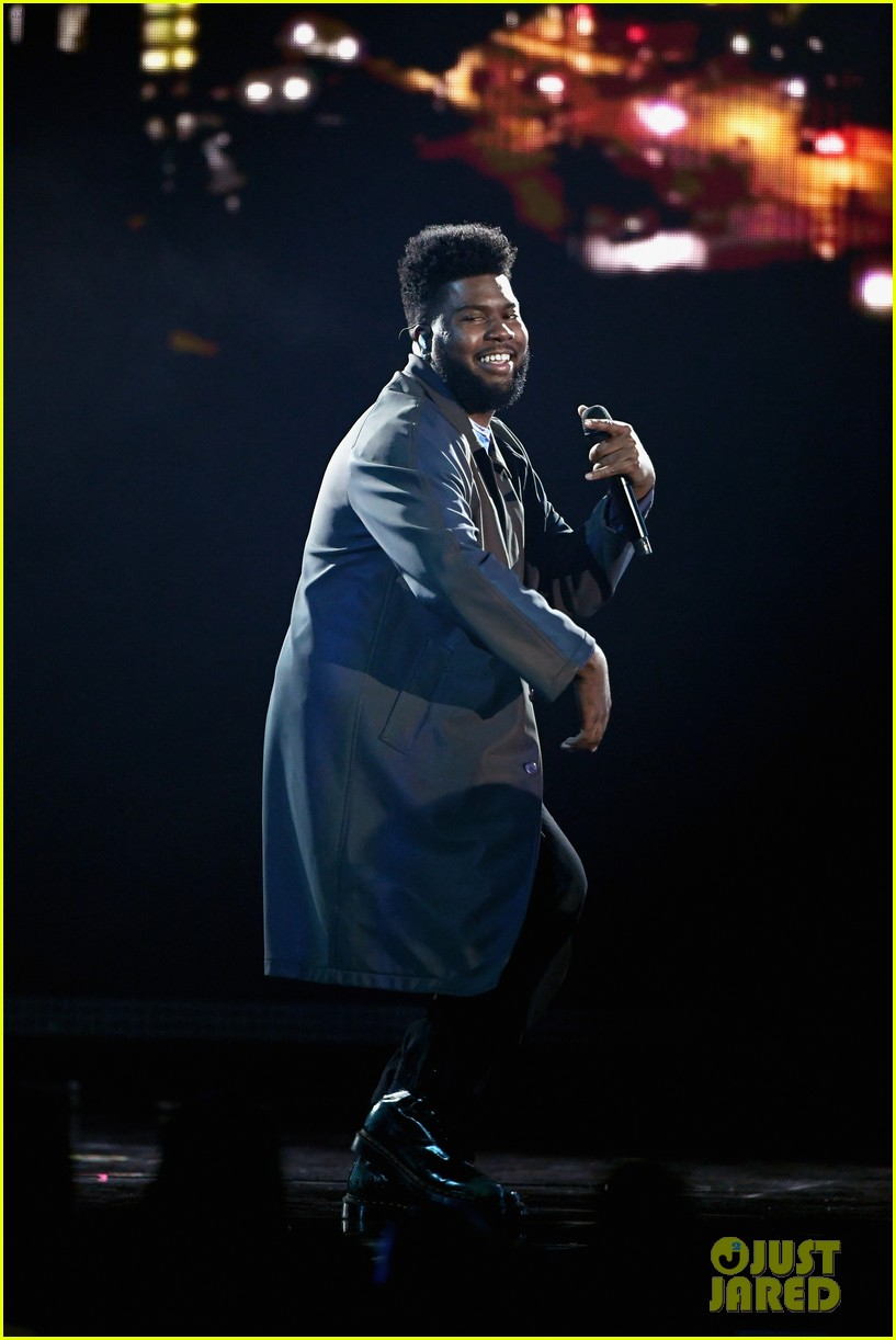 khalid performs talk better at billboard music awards 08