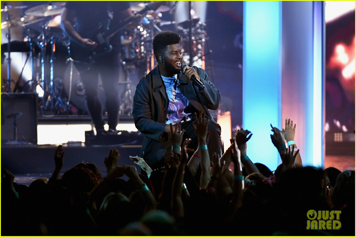 khalid performs talk better at billboard music awards 09