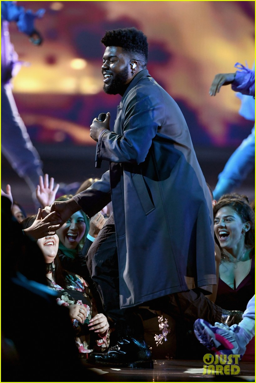 khalid performs talk better at billboard music awards 16