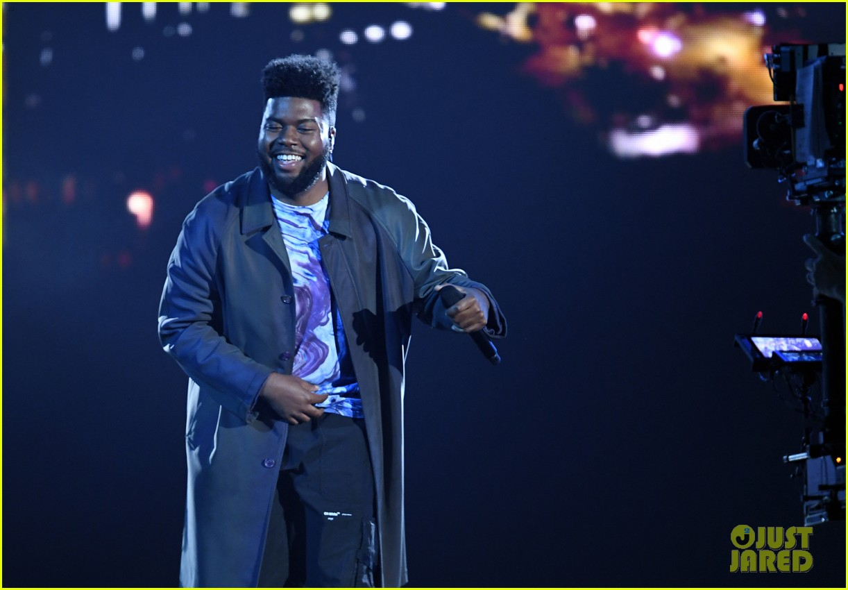 khalid performs talk better at billboard music awards 17