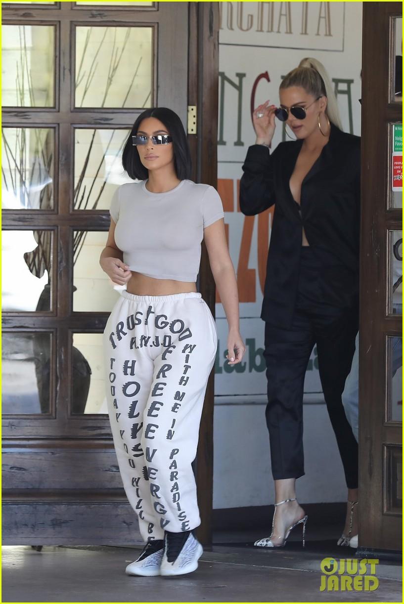 kim kardashian khloe kardashian shopping with scott disick 024299603