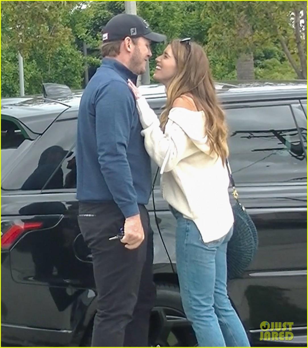 chris pratt katherine schwarzenegger kiss after shopping 01