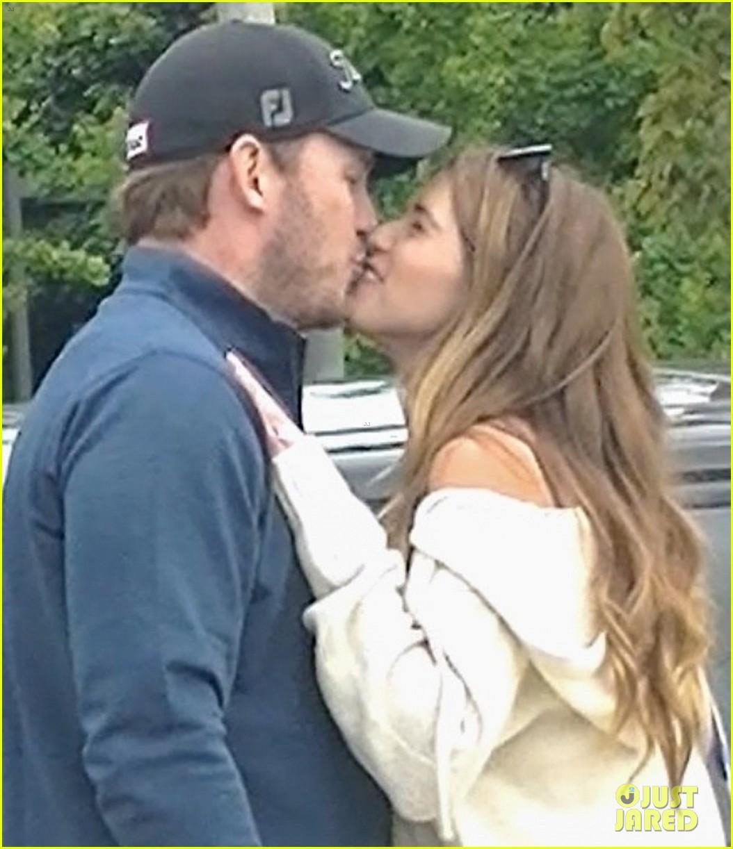 chris pratt katherine schwarzenegger kiss after shopping 02