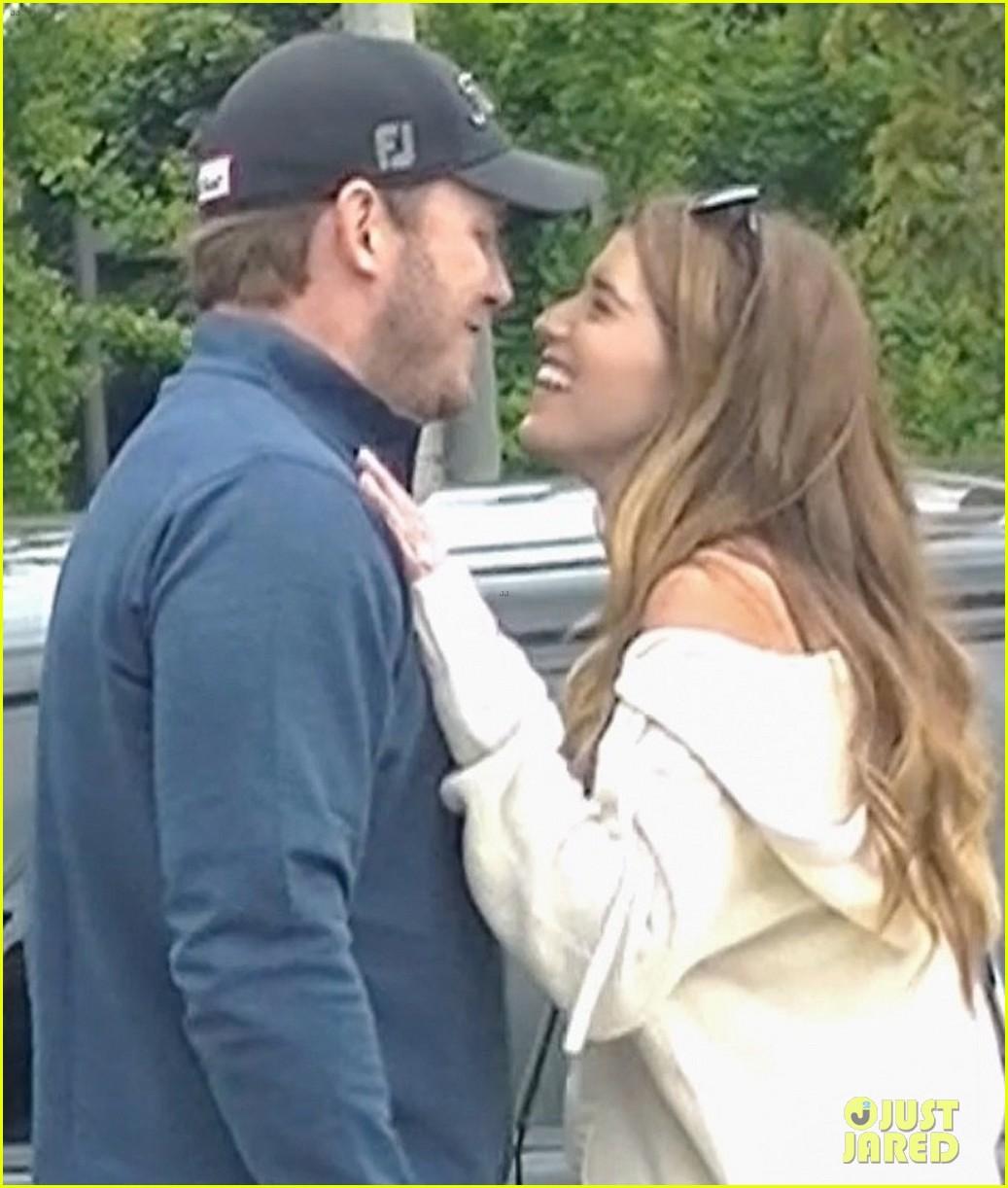 chris pratt katherine schwarzenegger kiss after shopping 04