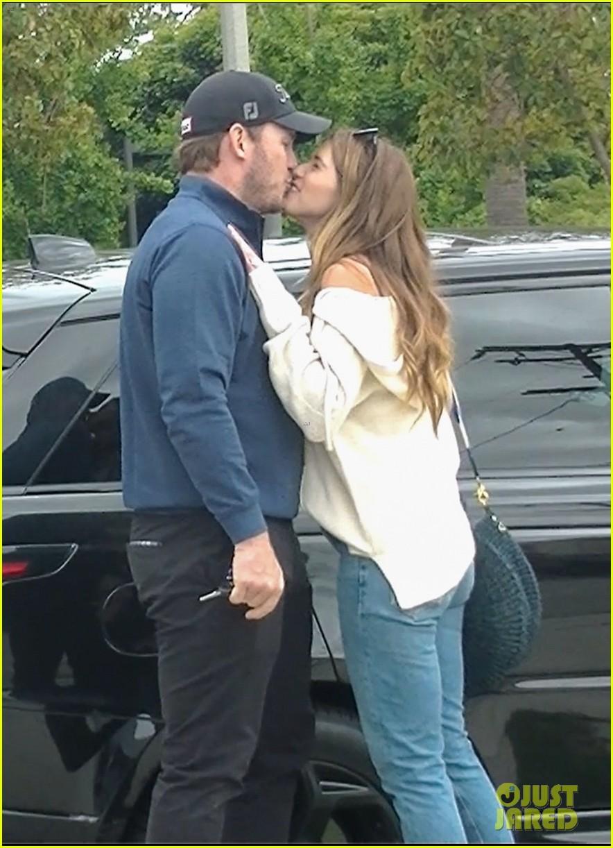 chris pratt katherine schwarzenegger kiss after shopping 05
