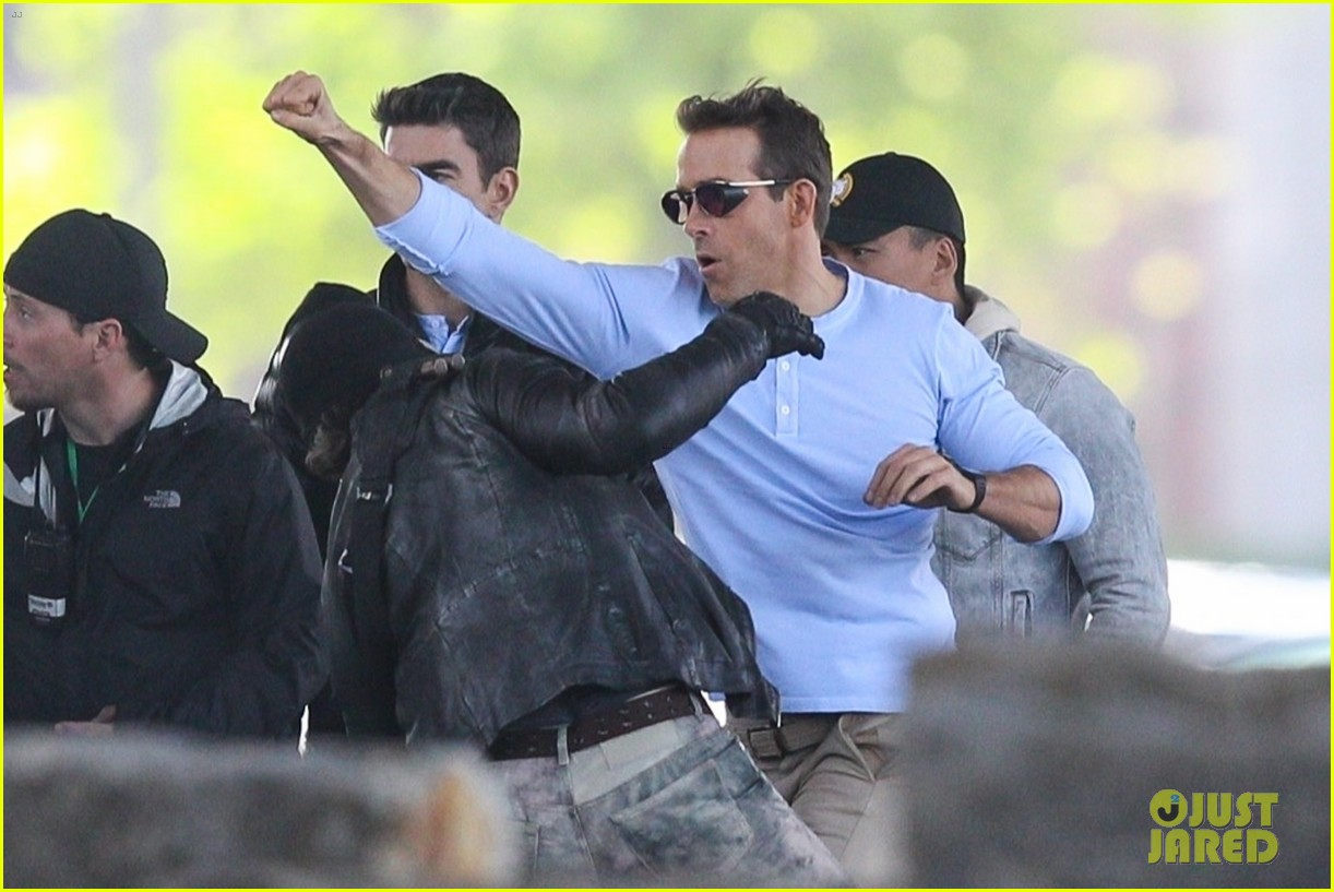 ryan reynolds films a fight scene for free guy 13