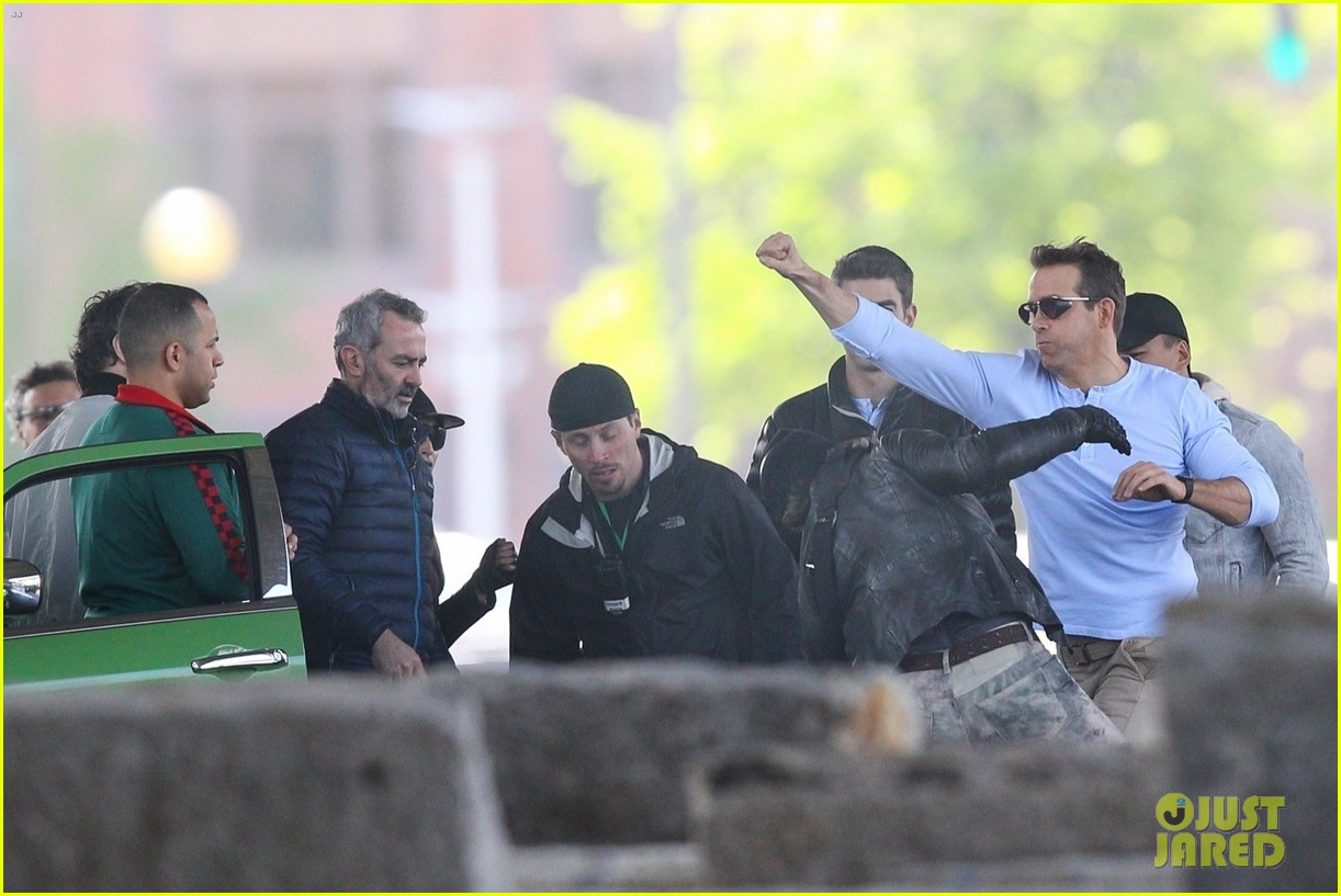 ryan reynolds films a fight scene for free guy 17