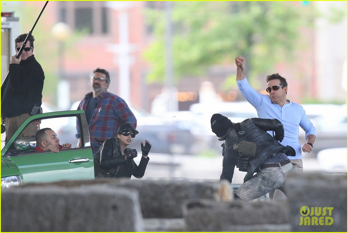 ryan reynolds films a fight scene for free guy 18