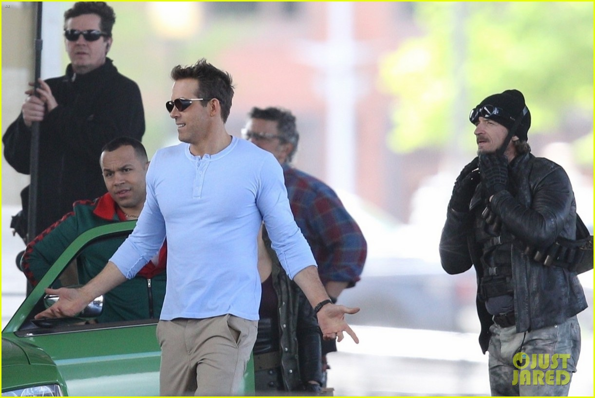 ryan reynolds films a fight scene for free guy 22