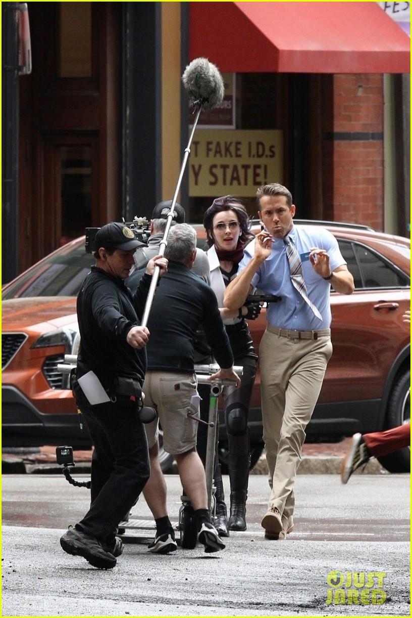 ryan reynolds filming free guy with jodie comer 06