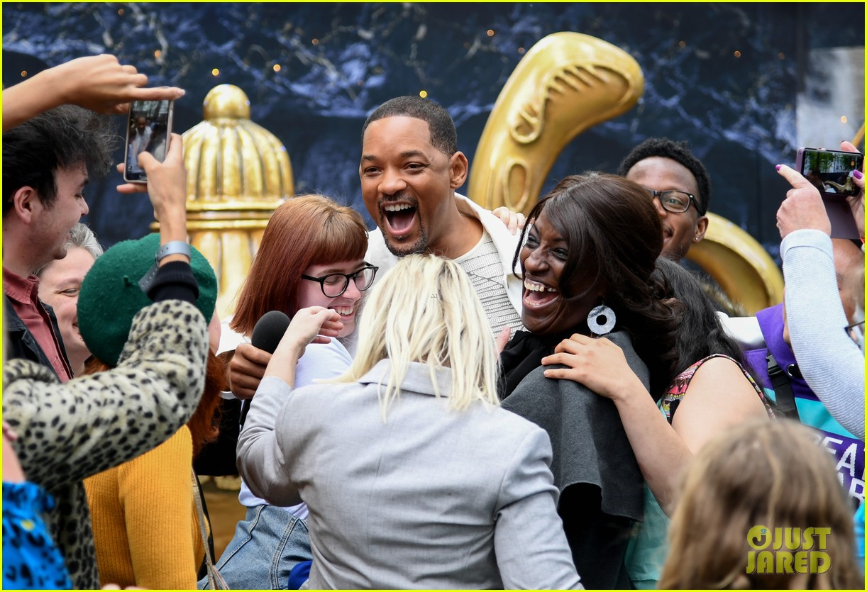will smith mena massoud naomi scott team up for aladdin photo call in london 05