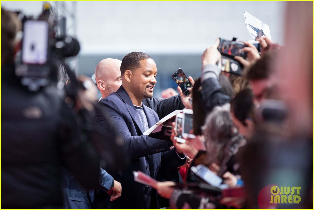will smith mena massoud naomi scott aladdin premiere berlin 08