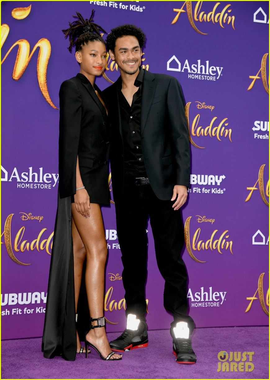 will smith is joined by his family at aladdin premiere 154296345