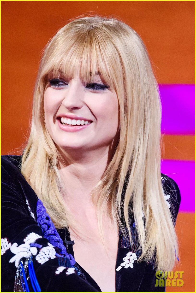 Sophie Turner Shows Off New Bangs On Graham Norton Show Photo 4297423 James Mcavoy Jessica Chastain Michael Fassbender Sophie Turner Pictures Just Jared