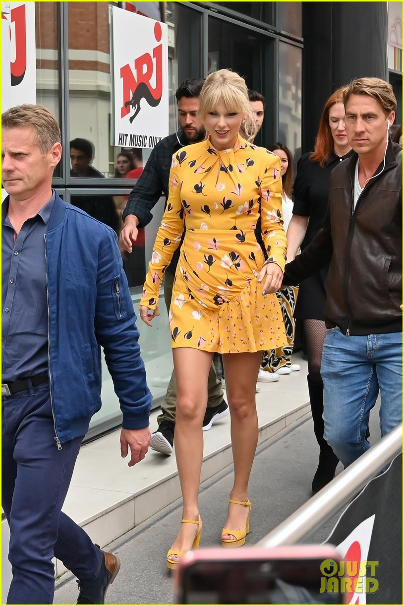 Taylor Swift Greets Her Fans Outside Of Radio Studio In Paris Photo 4298478 Taylor Swift Pictures Just Jared