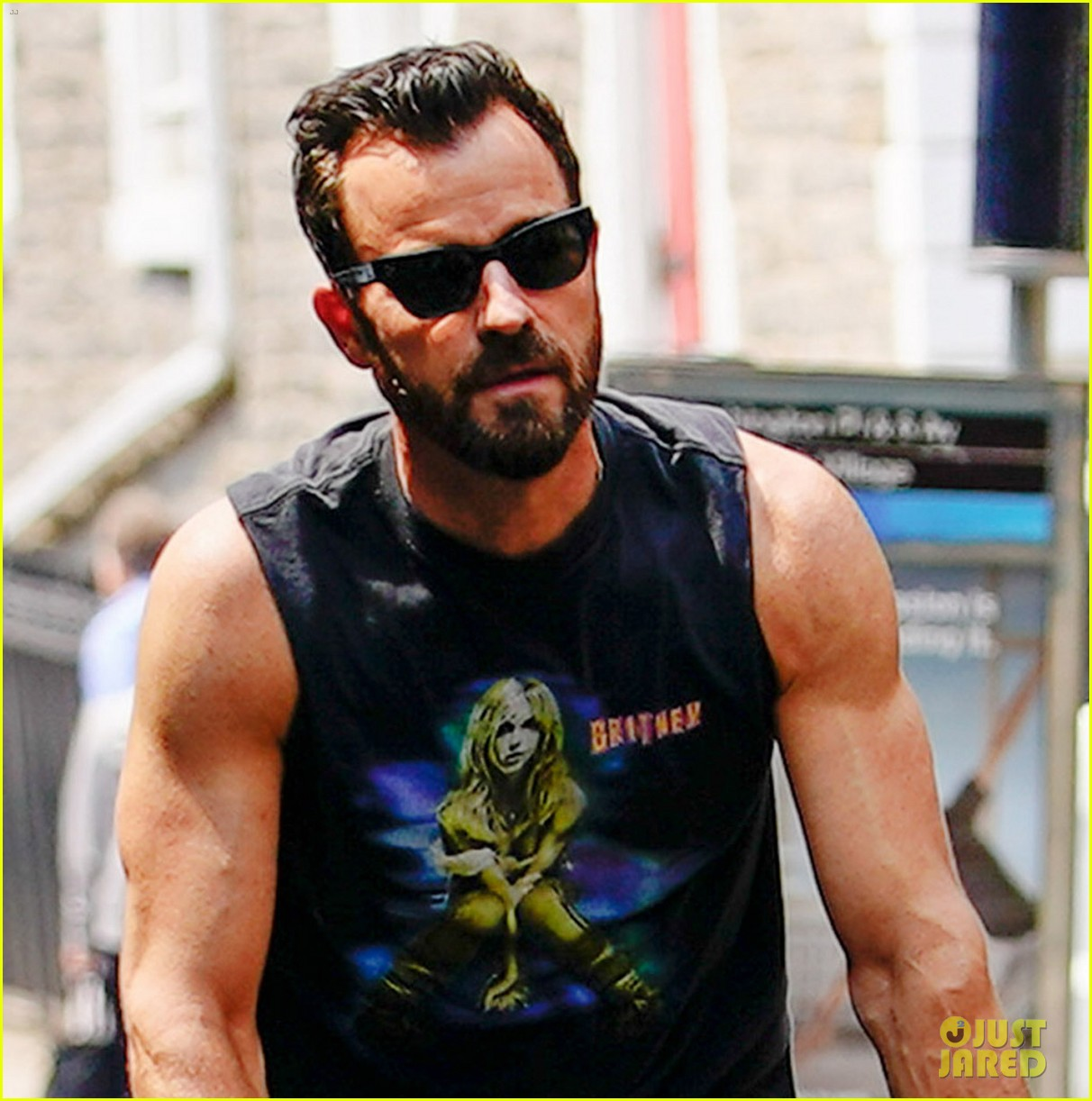 justin theroux bares bulging biceps in britney spears t shirt 03