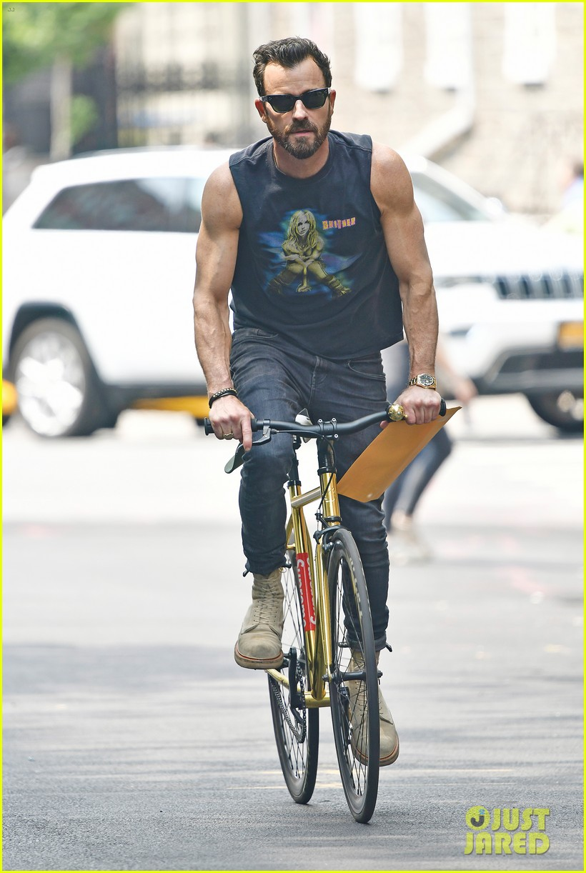 justin theroux bares bulging biceps in britney spears t shirt 05