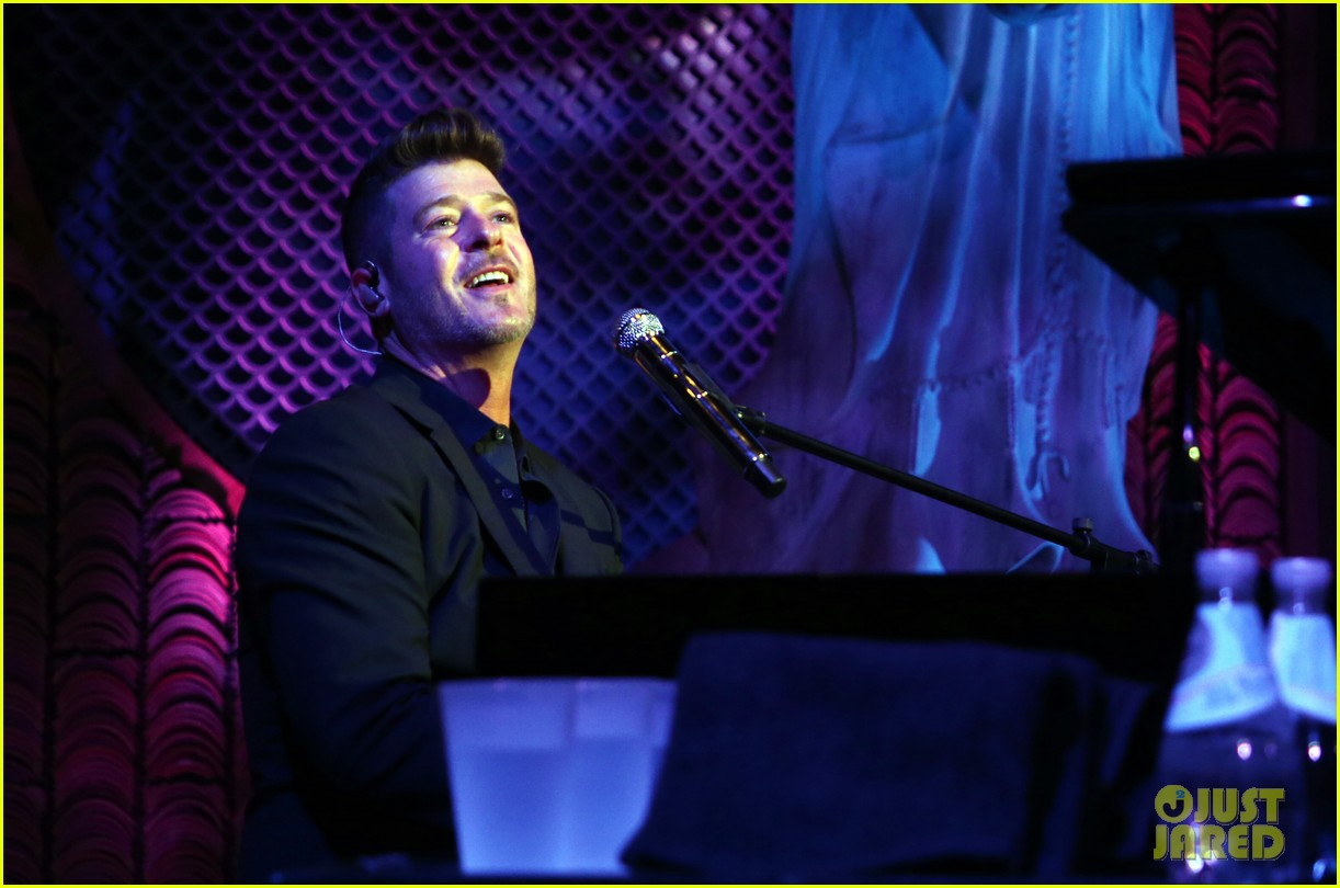 robin thicke hits the stage at rhondas kiss good fortune gala 01