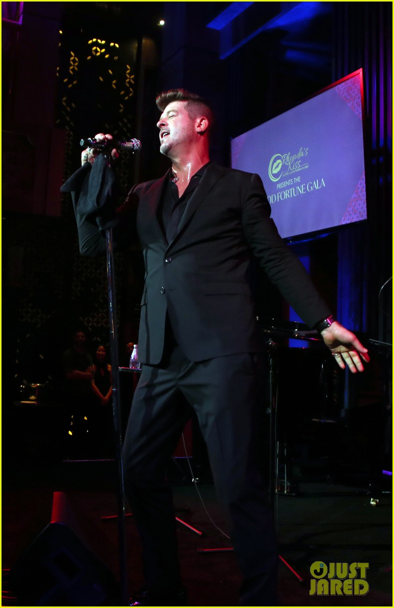 robin thicke hits the stage at rhondas kiss good fortune gala 15
