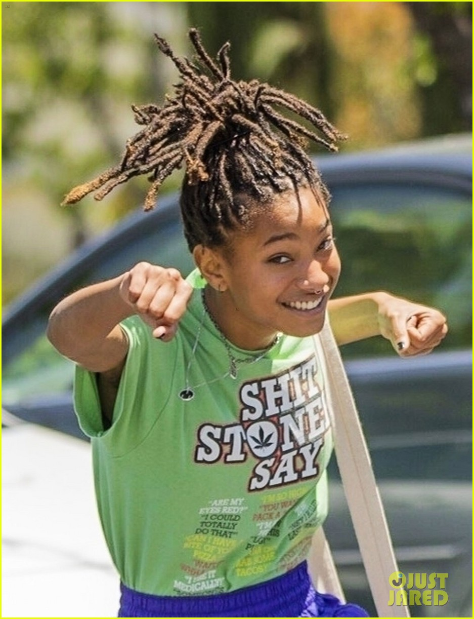 willow smith has fun with paparazzi after lunch 01