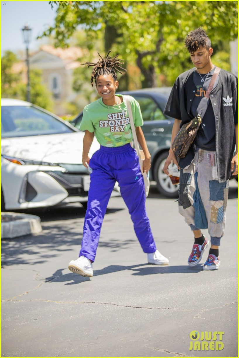 willow smith has fun with paparazzi after lunch 02