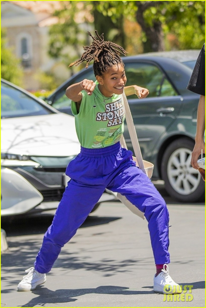 willow smith has fun with paparazzi after lunch 03