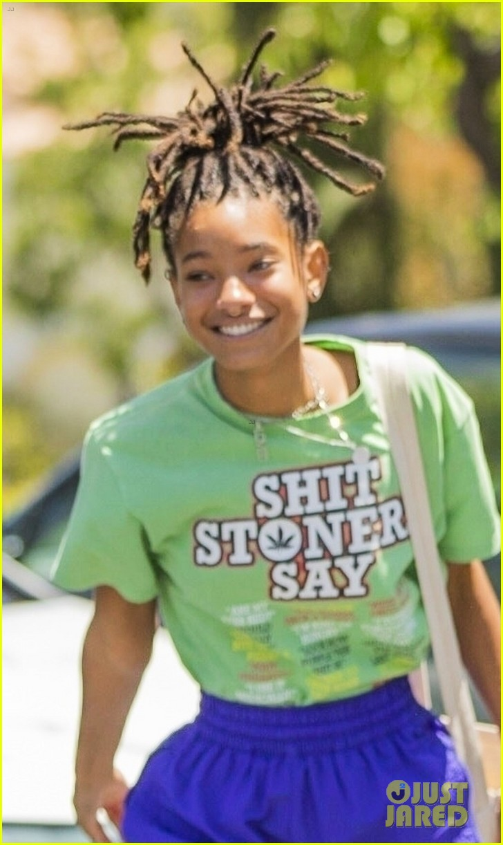 willow smith has fun with paparazzi after lunch 04