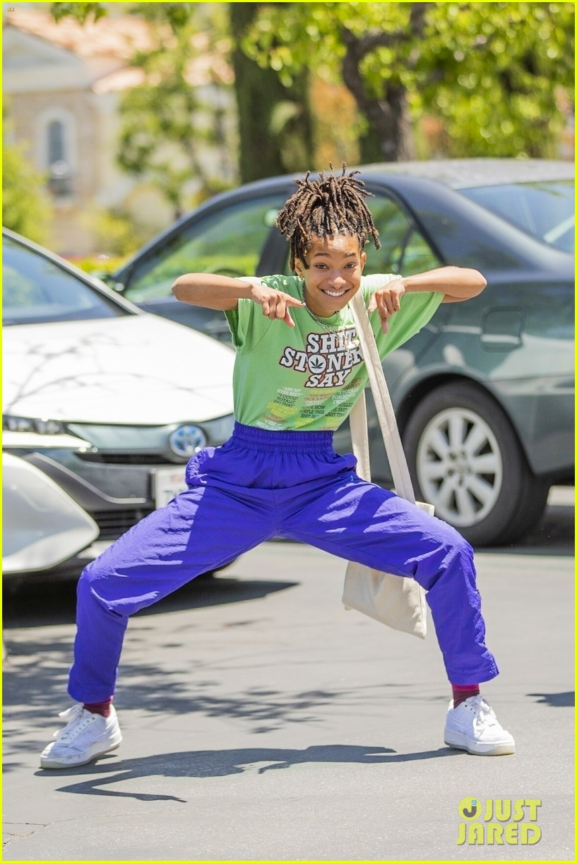 willow smith has fun with paparazzi after lunch 05