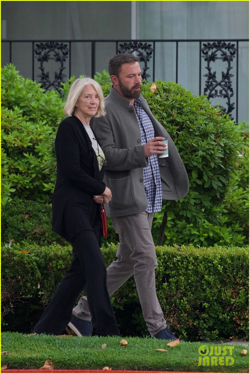 ben affleck grabs coffee with mom christine in brentwood 034305524