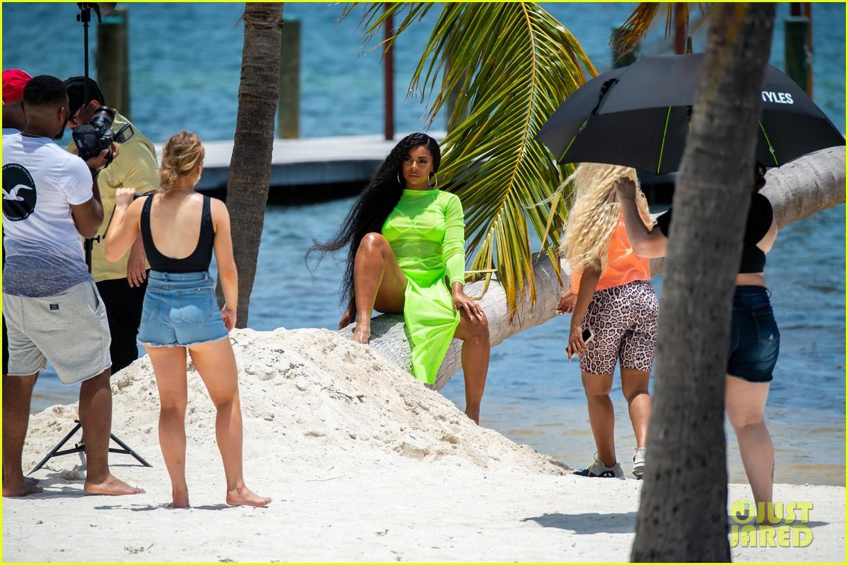 ashanti wears sexy bikinis in florida 044308847