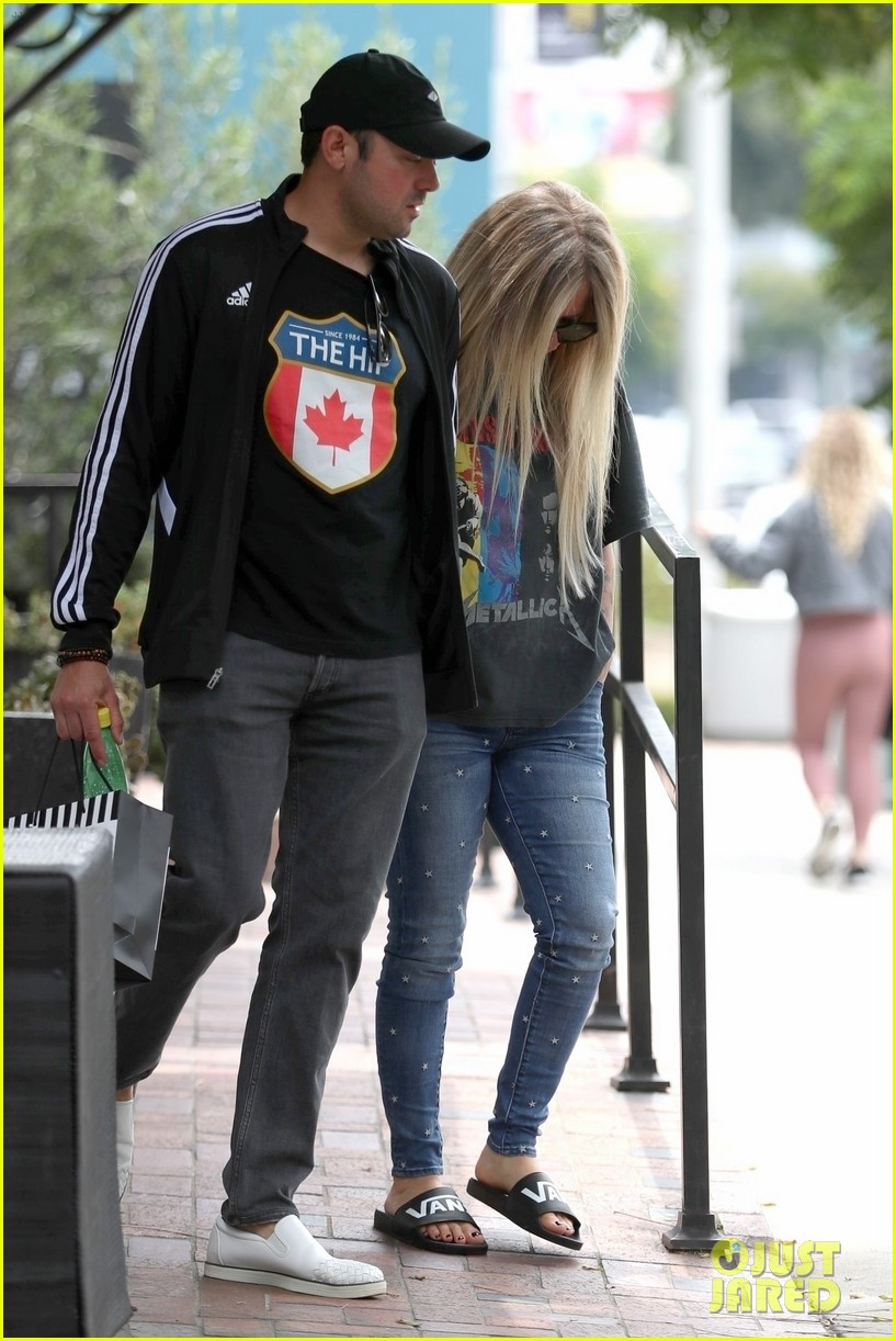 avril lavigne goes shopping with boyfriend 024311409