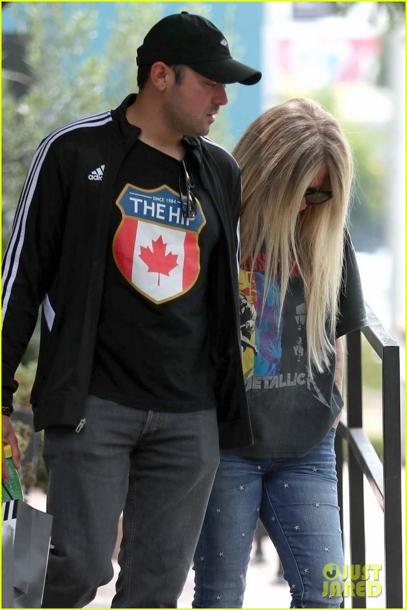 avril lavigne goes shopping with boyfriend 054311412