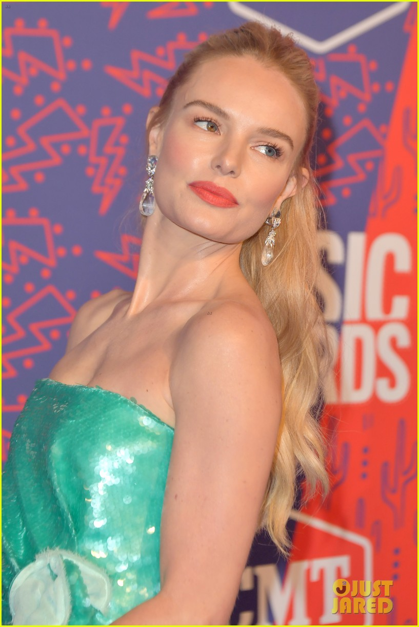 kate bosworth gives off mermaid vibes at cmt music awards 2019 044304052