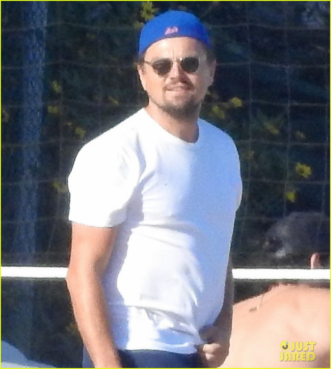 leonardo dicaprio gets hit in the face with a volleyball 024314115